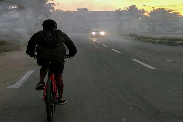 bersepeda di pagi hari