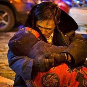 suami yang memeluk istrinya dengan tanpa henti